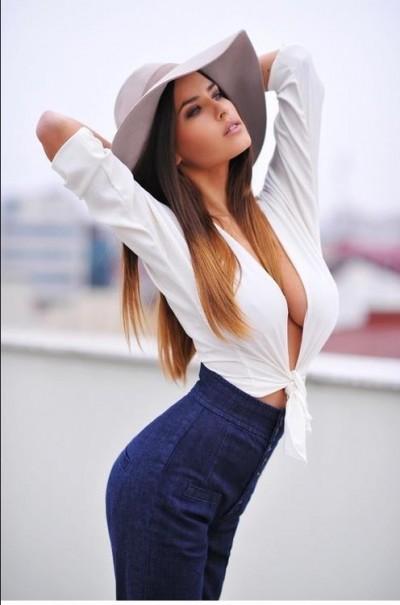 девушка в белой блузке эротическое фото